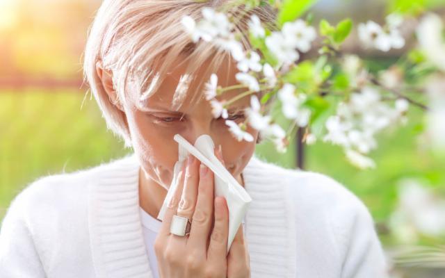 Sapevate che una buona idratazione può aiutare a combattere le allergie?