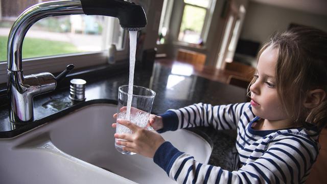 Consiglio n° 3 - Utilizzare bicchieri e cannucce colorate per rendere il gesto del bere acqua un momento di divertimento.