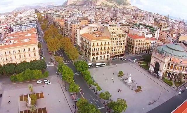 La piazza, il teatro e l'hotel Politeama di Palermo