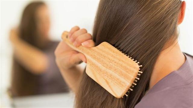 Gli accessori per la bellezza, irrinunciabili per la donna siciliana, sono pettine e spazzola...