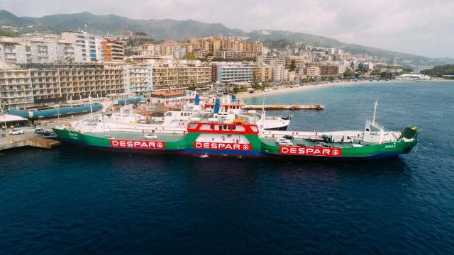 Sapete che il traghetto più festoso del Mondo unisce ogni giorno la Sicilia con la Calabria?