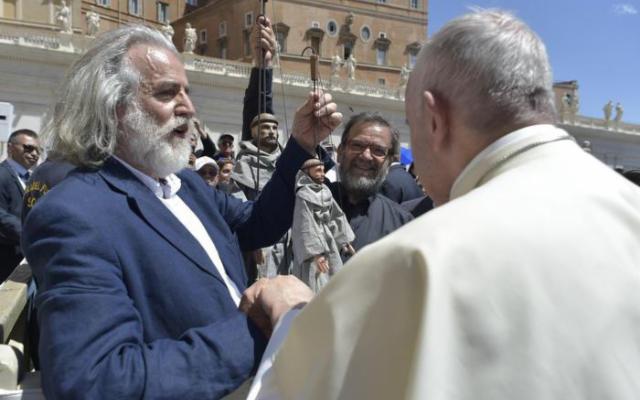 Mimmo Cuticchio dona un pupo San Francesco al Papa