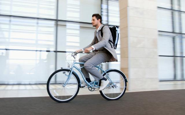 Andare al lavoro in bicicletta gioverà alla vostra salute e al vostro umore. Un modo semplice per rendere di più nella vostra occupazione.