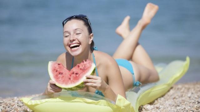Vita da spiaggia, che cosa mangiare e bere per resistere al caldo