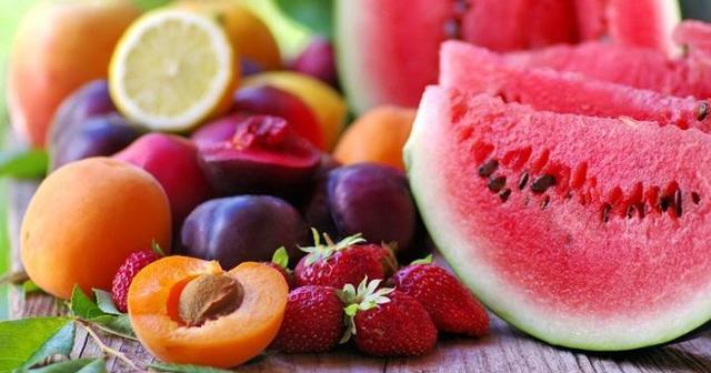 Un altro aiuto per migliorare l'aspetto della pelle arriva da una sana alimentazione, e frutta e ortaggi, oltre ad essere ricchi di acqua, aiutano l'organismo ad assimilare i nutrienti di cui ha bisogno.
