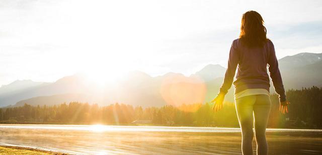 """In vacanza si possono """"contrarre"""" tante buone abitudini come fare yoga, praticare sport, fare una passeggiata mattutina. Perché non continuare anche a casa?"""