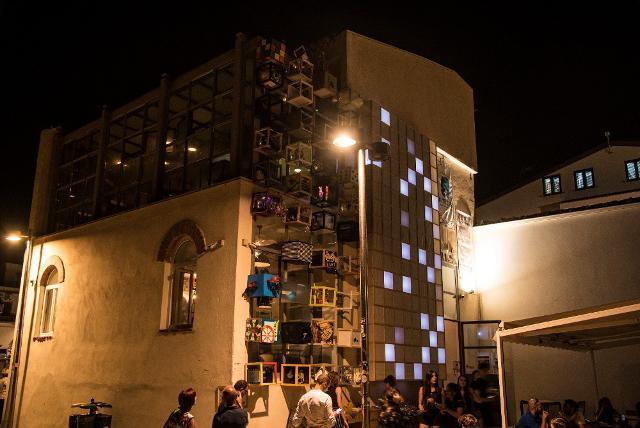 """La parete di """"pixel"""" artistici del progetto #Met2b a Marina di Ragusa - ph. Rossana Bergamasco"""