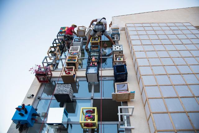 """L'installazione dei """"pixel"""" del progetto #Met2b nella parete del Met di Marina di Ragusa - ph. Rossana Bergamasco"""