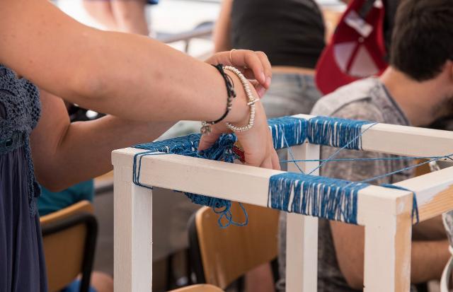"""Un'artista mentre lavora al suo """"pixel"""" durante l'estemporanea #Met2b a Marina di Ragusa - ph. Rossana Bergamasco"""