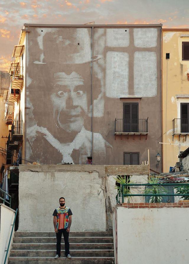 Angelo Crazyone davanti al suo Franco Franchi - Vicolo Gallo, Ballarò, Palermo