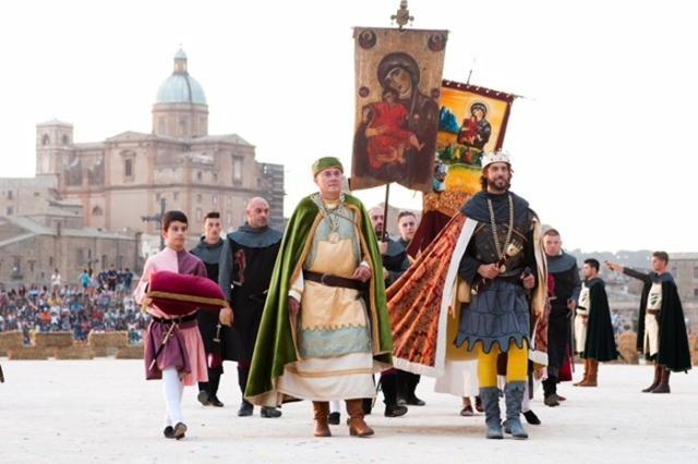 Il corteo storico del Palio dei Normanni sfila per le strade di Piazza Armerina