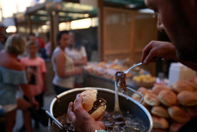 """Immancabile il palermitano """"pani ca meusa"""" (pane con la milza) a Stragusto, il Festival del cibo da strada e dei mercati"""