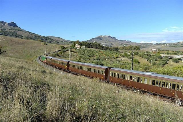 Un Treno storico viaggia sui binari delle ferrovie siciliane