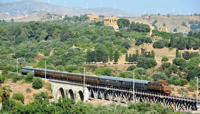 Un treno storico attraversa la Valle dei Templi