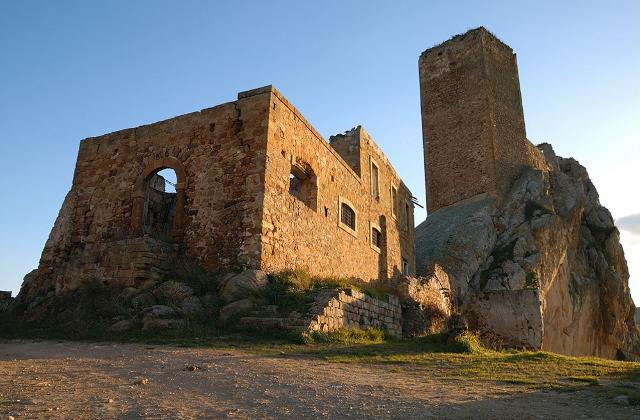 Castello rupestre di Pietratagliata (lato nord), in primpo piano la Chiesa - Aidone (EN)