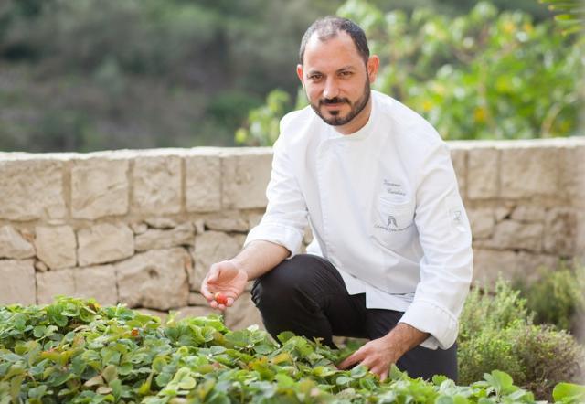 Lo chef Vincenzo Candiano intento a raccogliere le fragole