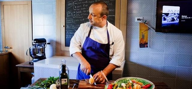 Lo chef Ciccio Sultano in cucina