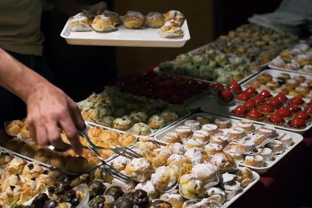 """Un vassoio di tipici pasticcini e dolcetti siciliani - Il Cous Cous Fest è """"Dolcemente Sicilia"""""""