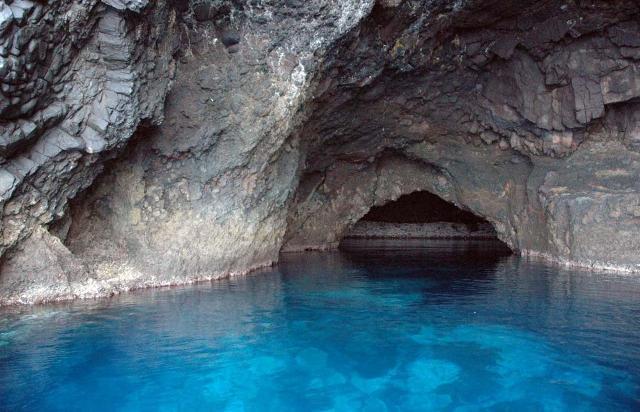 L'incredibile acqua blu all'entrata della Grotta del Bue Marino a Filicudi