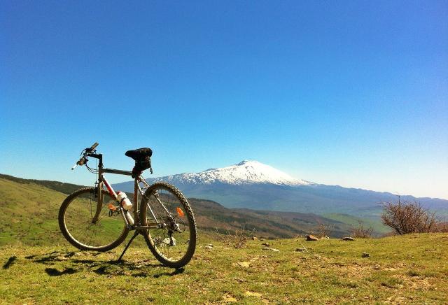 Sui Nebrodi in mountain bike ad ammirare l'imponente sagoma del vulcano più alto d'Europa, l'Etna