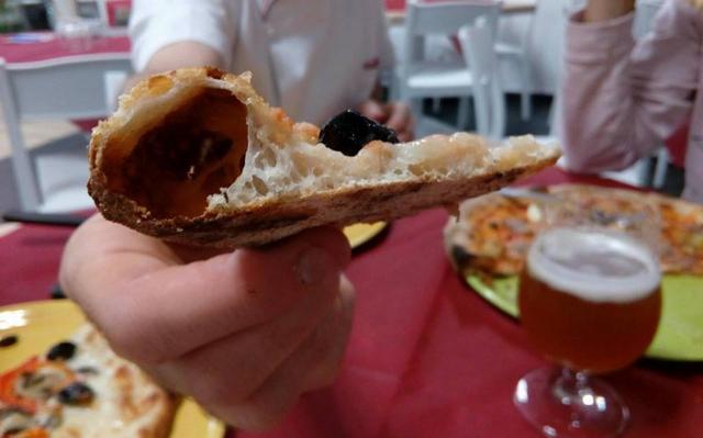 """Tre italiani su 10 considerano fondamentale nella pizza il """"cornicione"""", che deve essere fatto """"a regola d'arte"""", come quello delle pizze napoletane..."""