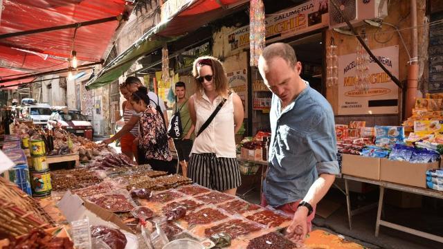 Turisti al mercato di via Bandiera - Palermo