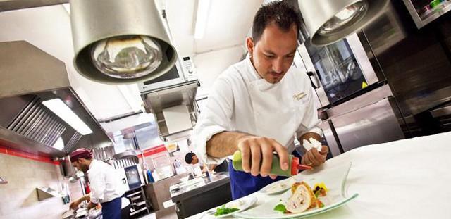 Gli ultimi tocchi in un piatto dello chef Vincenzo Candiano