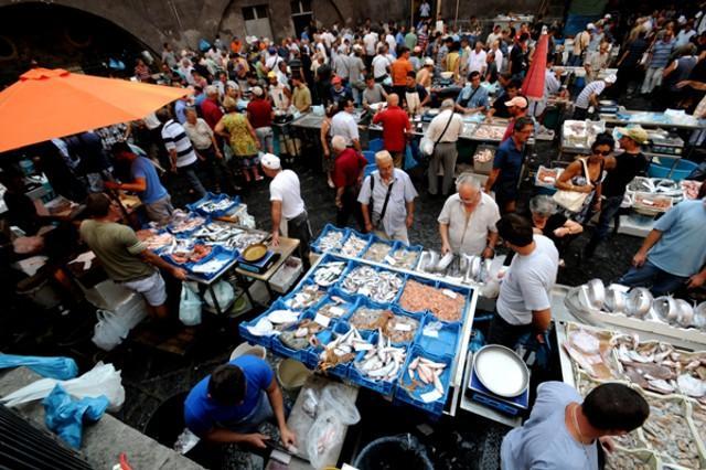 A Piscaria, il tumultuoso mercato del pesce di Catania