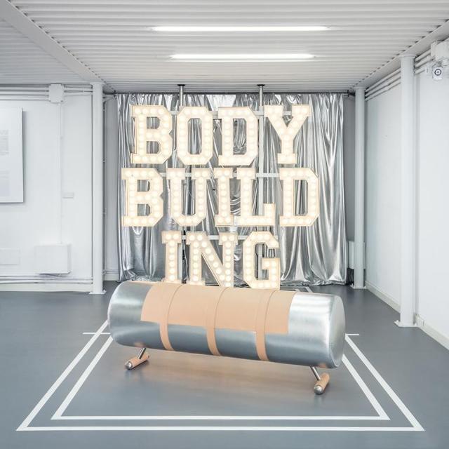 """Atelier Biagetti, """"Body Building"""", 2015, installation view, ingresso della mostra con """"Cavallina argento"""" - Foto: Delfino Sisto Legnani"""