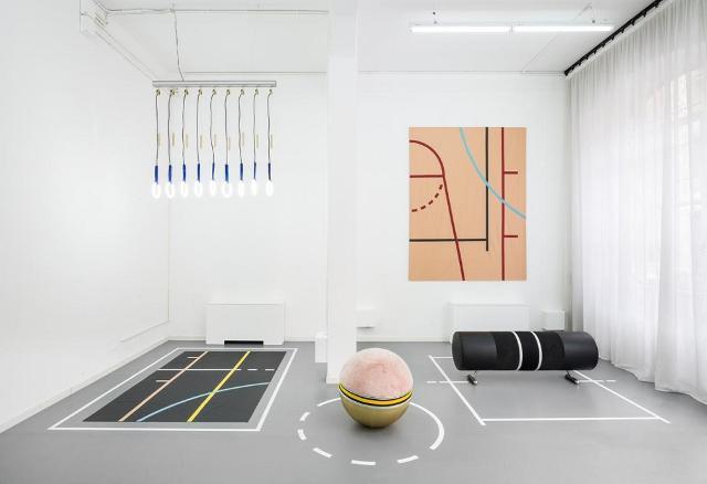 """Atelier Biagetti, """"Body Building"""", 2015, installation view, lampadario """"Anelli"""", arazzo in pelle """"Yoga"""", seduta gonfiabile """"Palla"""", arazzo in pelle """"Yoga"""" nero, seduta """"Cavallina nera"""" - Foto: Delfino Sisto Legnani"""