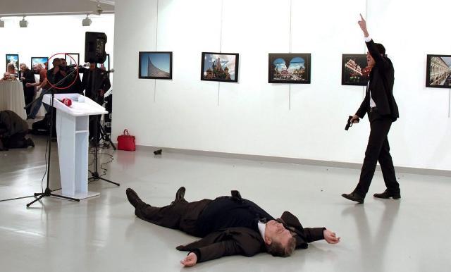 Nel riquadro rosso Burhan Ozbilici mentre scatta la foto a Mevlüt Mert Altıntaş che gli è valsa il primo premio del World Press Photo 2018