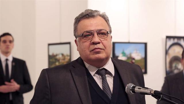 La foto di Burhan Ozbilici all'ambasciatore russo Andrey Karlov, poco prima che il suo assassino, Mevlüt Mert Altıntaş (alle sue spalle), facesse fuoco...