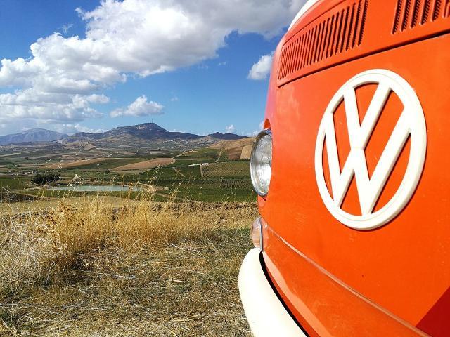 Gianfranco Cammarata, a bordo del suo bus Volkswagen T2 arancione del 1971, racconterà i 21 Comuni della Valle del Belìce