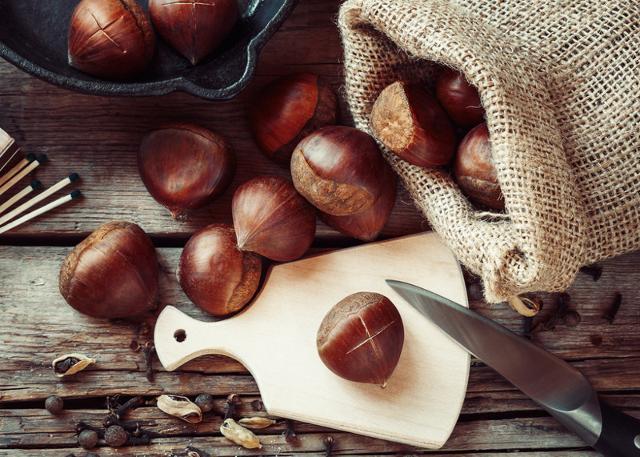 La buccia di ogni castagna deve essere incisa così da evitare che il frutto scoppi durante la cottura