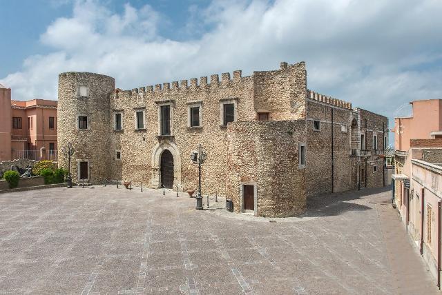 La facciata frontale del Castello di Roccavaldina