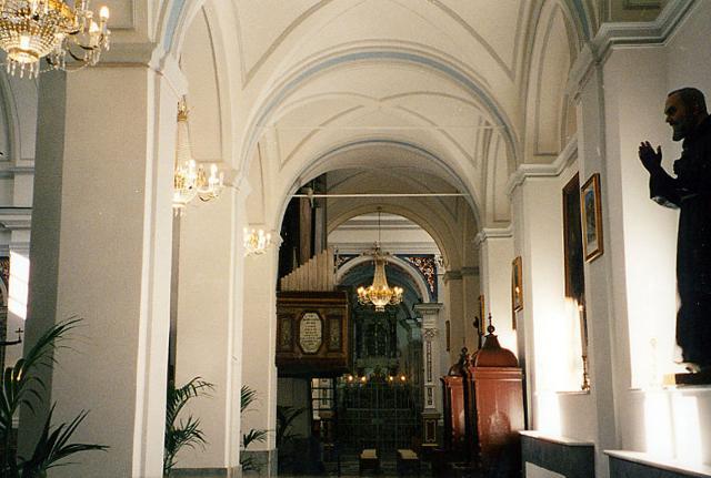 La navata della Chiesa Madre di Gratteri dove è conservato il reliquiario con le Sacre spine della Corona di Gesù Cristo
