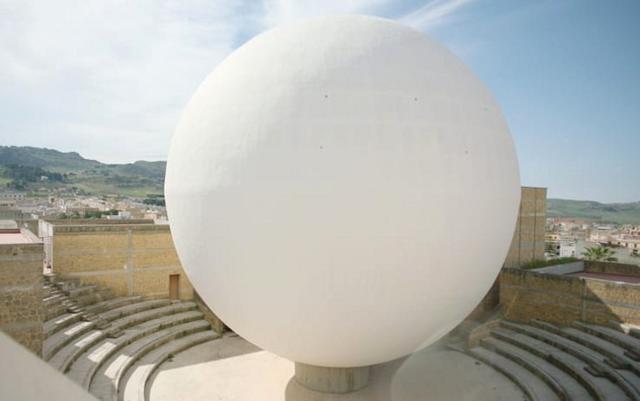 L'enorme sfera bianca della Chiesa Madre di Gibellina progettata da Ludovico Quaroni