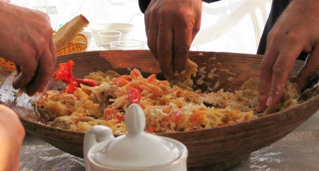 Tradizionalmente il couscous si mangia con le mani, prendendo un pezzo di carne o di verdure e formano una pallina con la semola...