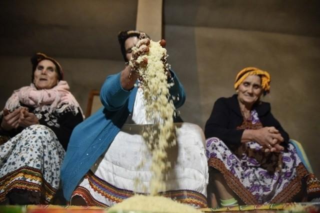 """Donne algerine intente nella preparazione del couscous per il """"Yennayer"""", l'anno nuovo berbero"""