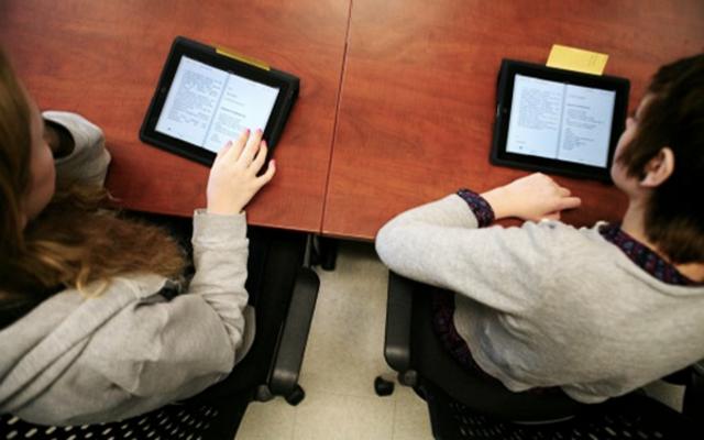 Gli studenti italiani, di fronte alla possibilità di dotarsi di e-book per la didattica, rimarrebbero lo stesso affezionati alla carta...