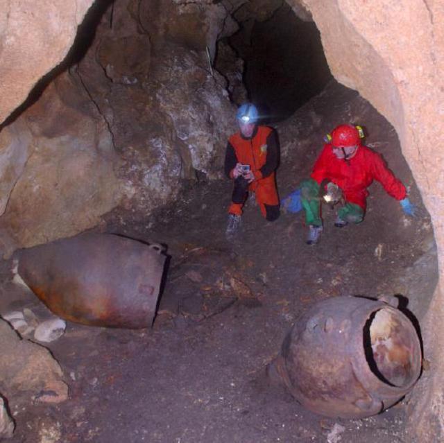 Le giare dentro la grotta di Monte Kronio