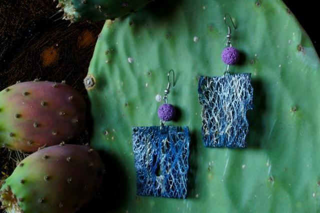 Un paio di orecchini realizzati da Graziana Giunta con le pale dei fichi d'India