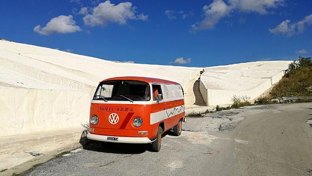 Il bus Volkswagen T2 arancione del 1971 di Gianfranco Cammarata al Grande Cretto, opera di land art realizzata site-specific da Alberto Burri, tra il 1984 e il 1989, nel luogo in cui sorgeva la città vecchia di Gibellina, completamente distrutta nel 1968 dal terremoto del Belice.