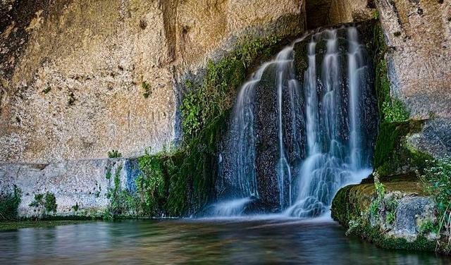 La grotta del Ninfeo, dove sgorgano le acque del fiume Calcinara - ph Andrea Rapisarda