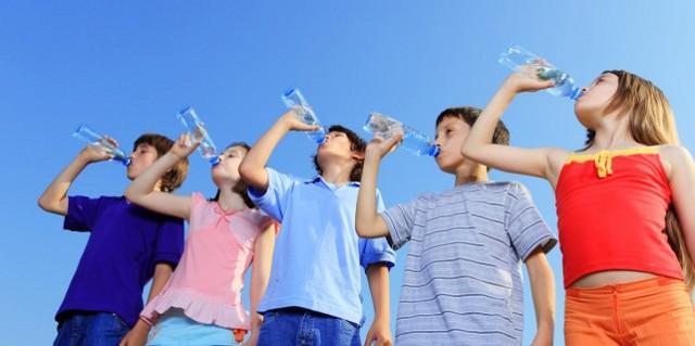 Nei bambini il senso della sete è meno sviluppato che negli adulti, ecco perché è fondamentale educarli a bere correttamente fin da piccoli...