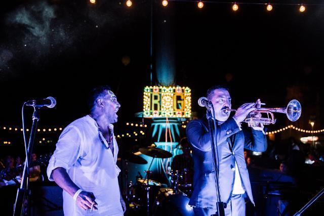 Danze, concerti, jam session e improvvisazioni live si sono protratti fino a tarda notte con i tanti amici musicisti arrivati da tutta Italia per il matrimonio di Roy Paci