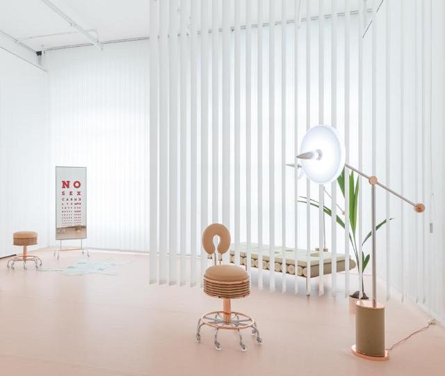 """Atelier Biagetti, """"No Sex"""", 2016, Installation view con sedute """"Soffietta #1"""" e """"Soffietta #2"""", specchio """"Deja-vu"""", lampada """"Cocorito"""" - Foto: Delfino Sisto Legnani"""