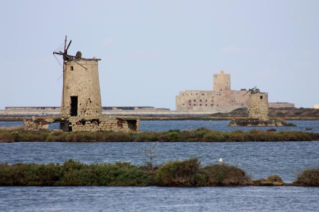 Un vecchio mulino e sullo sfondo il Castello della Colombaia - Nubia, Trapani.