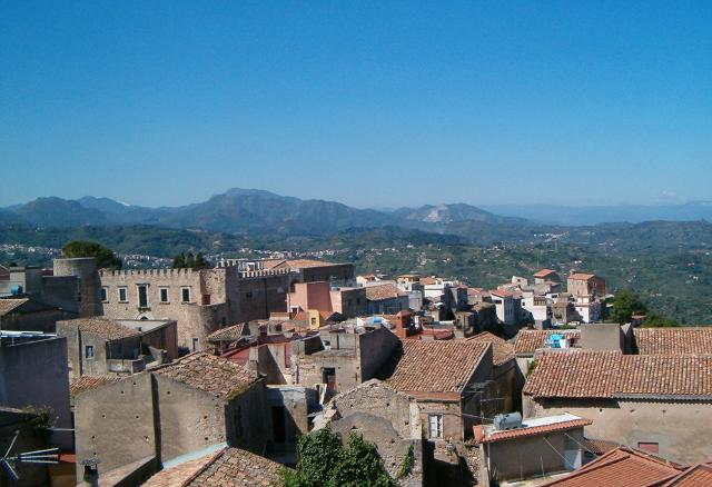 Panorama sui tetti di Roccavaldina. In lontananza i Monti Peloritani