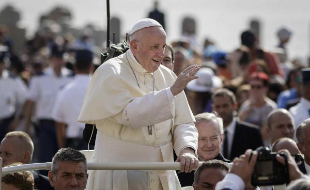 Papa Francesco in mezzo alla gente